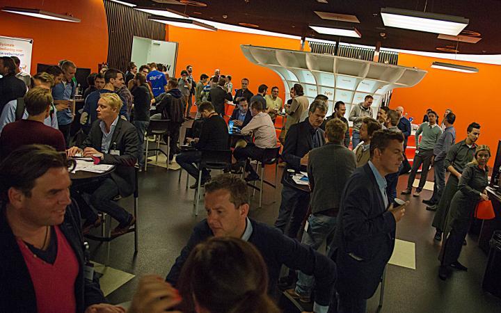 Bezoekers van Meet Magento in gesprek met elkaar tijdens een pauze.