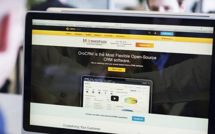 Website van OroCRM zichtbaar op een beeldscherm