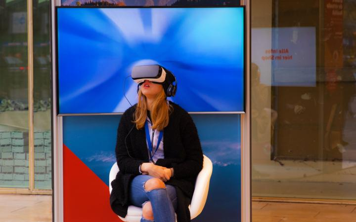 Een jonge vrouw heeft een VR-bril op