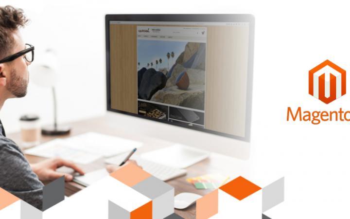 Man kijkt op zijn computer naar een magento 2 webshop
