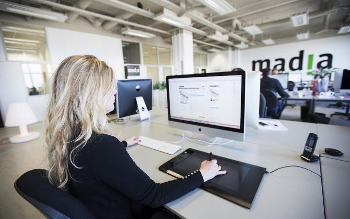 Petra aan het werk voor een B2B webshop