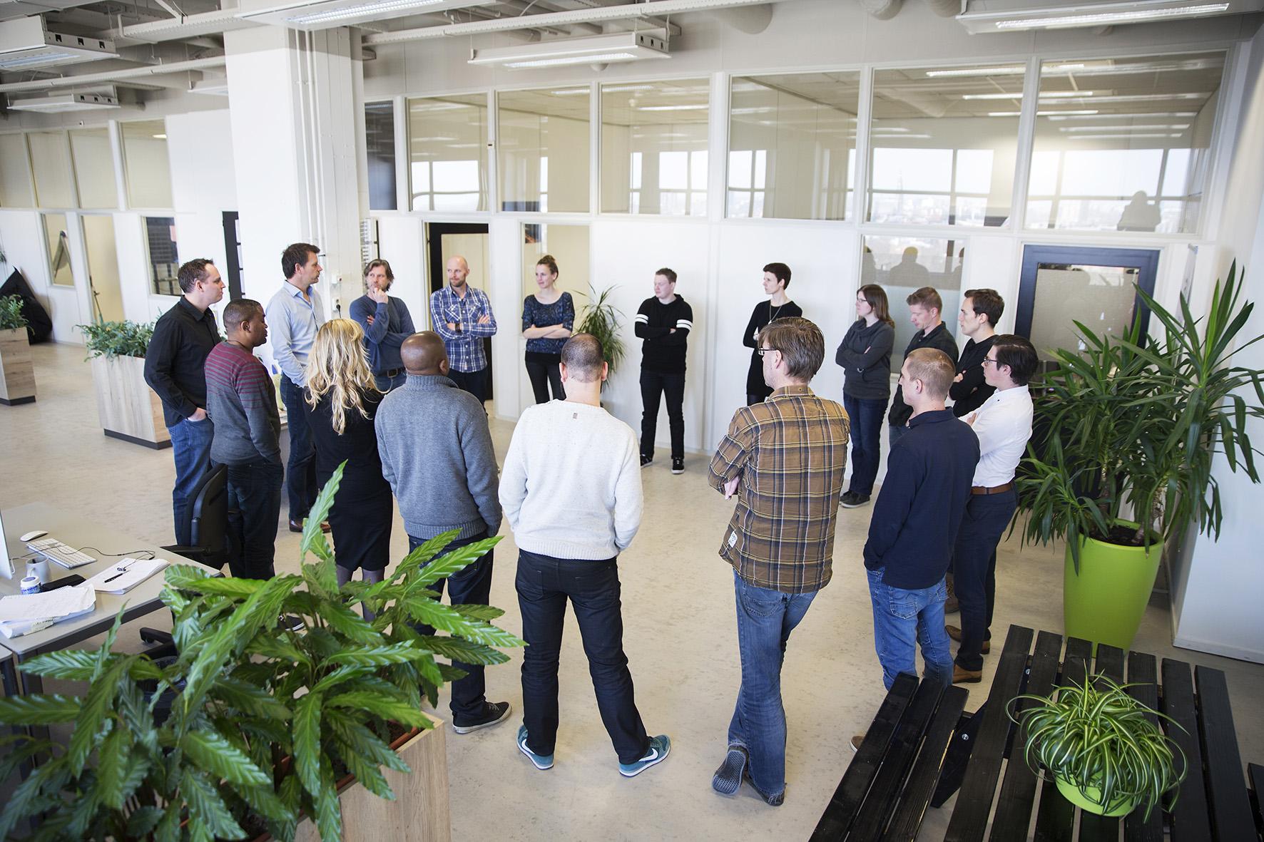 Medewerkers in de standup deel van de agile werkwijze