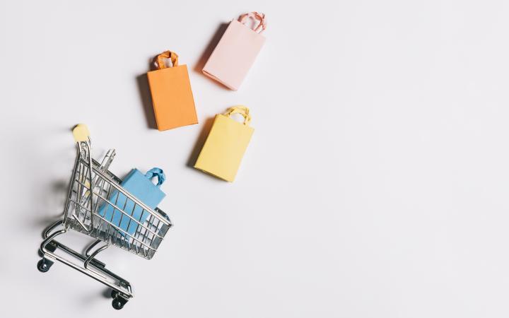 B2B e-commerce als winkelwagentjes met tasjes die eruit komen